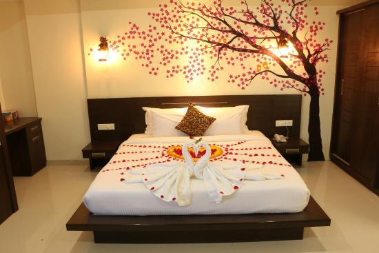 تزیین اتاق خواب عروس شیک با کاغذ دیواری و با گل