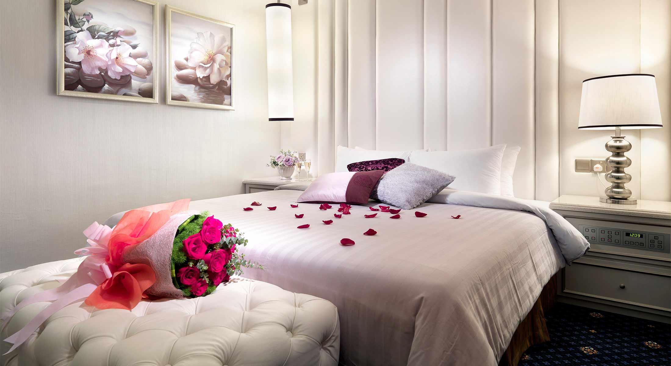 تصاویر اتاق خواب عروس و تزیین با گل پر پر شده
