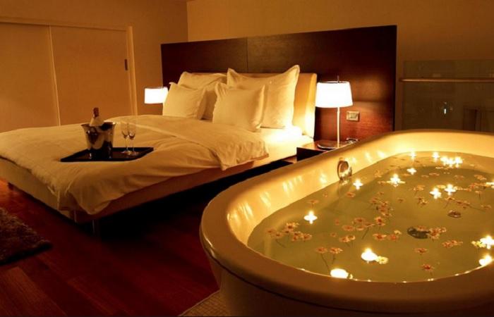 نمونه تزیین اتاق خواب عروس اروپایی ساده با شمع و گل