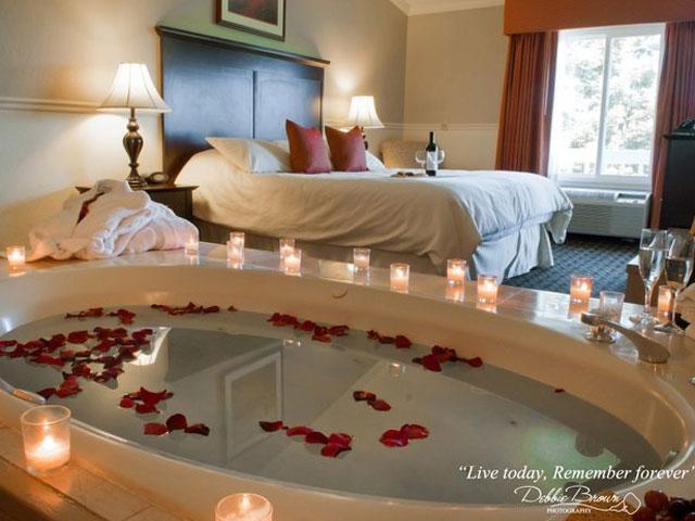تصاویر تزیین اتاق خواب عروس با گل و شمع مدل 97