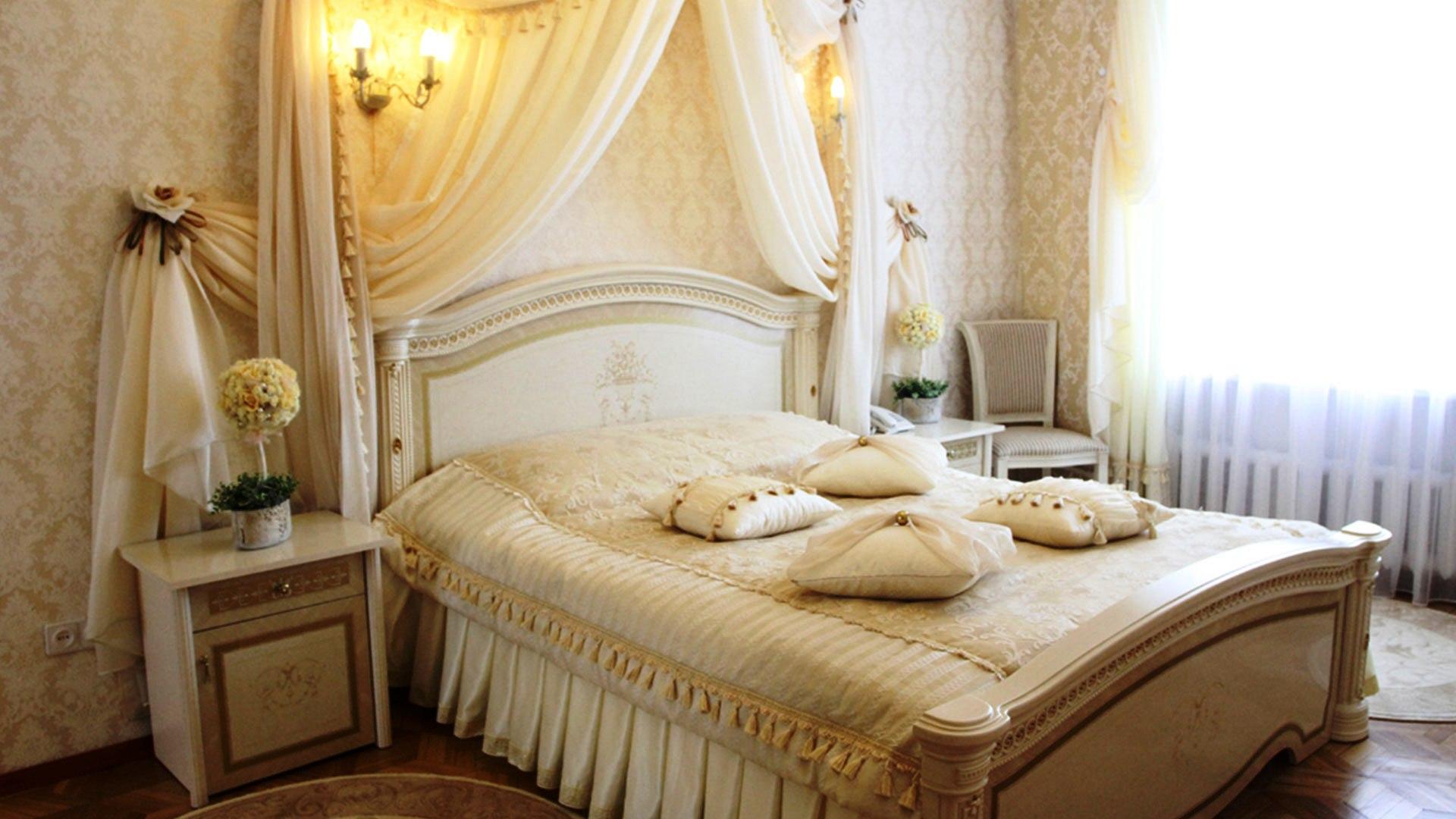 عکس تزیین اتاق خواب عروس ساده با گل و با تور