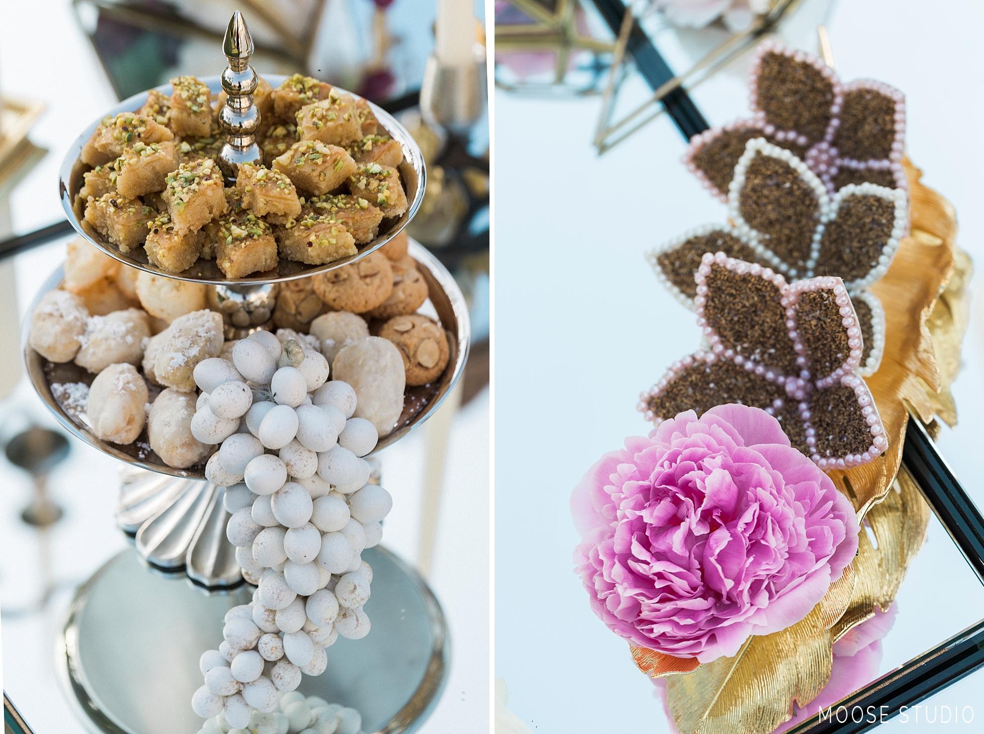 تزئین اسپند (اسفند) سفره عقد به همراه شیرینی با گل طبیعی