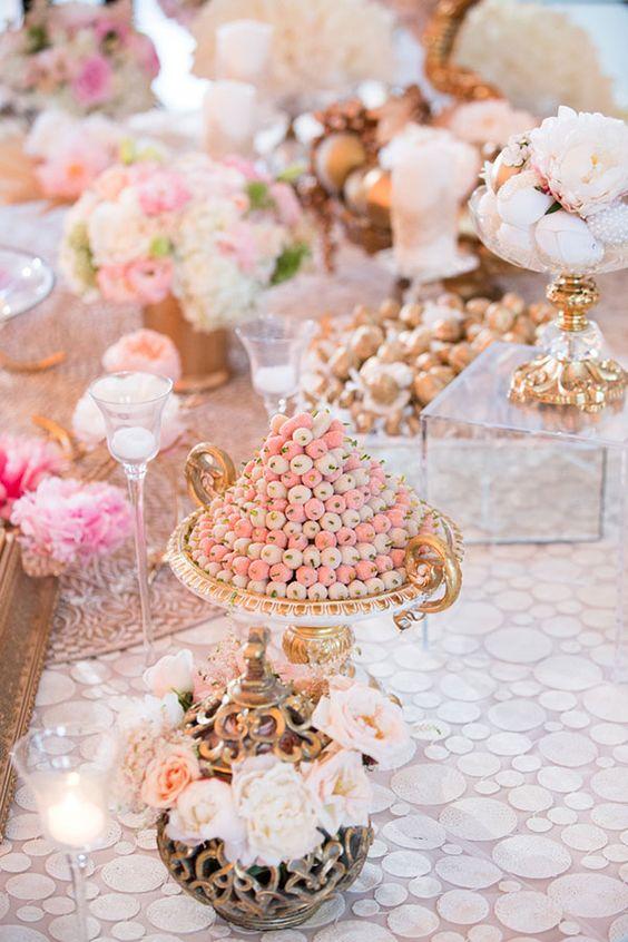 تزئین سفره عقد با شیرینی و گل طبیعی
