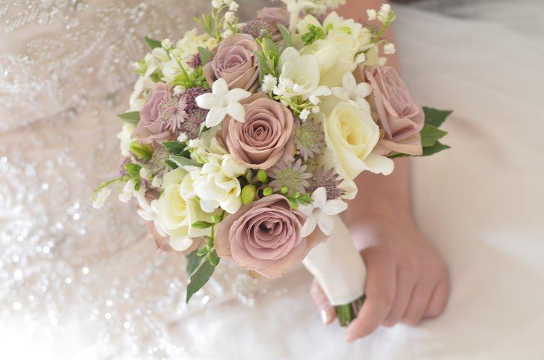دسته گل عروس بسیار شیک و لاکچری با گل رز قرمز