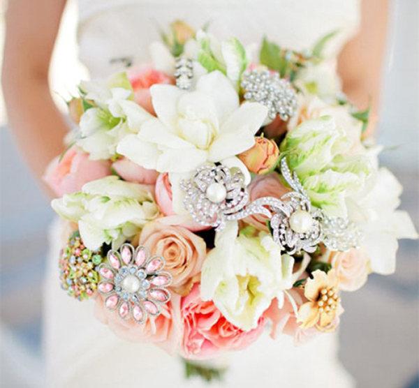 دسته گل عروس ایرانی تزیین شده با روبان و گل مصنوعی