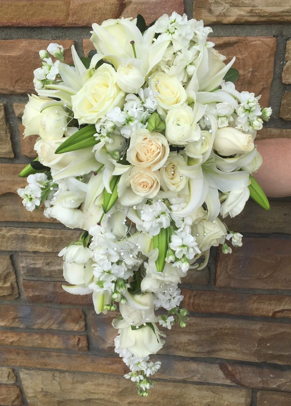 مدل دسته گل عروس آبشاری با رز سفید 2017