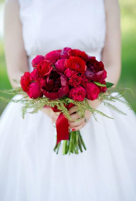دسته گل عروس قرمز رنگ با رز قرمز ساده