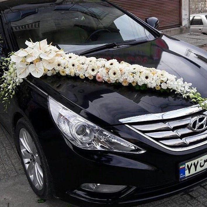 تزیین ماشین عروس مشکی با گل سفید
