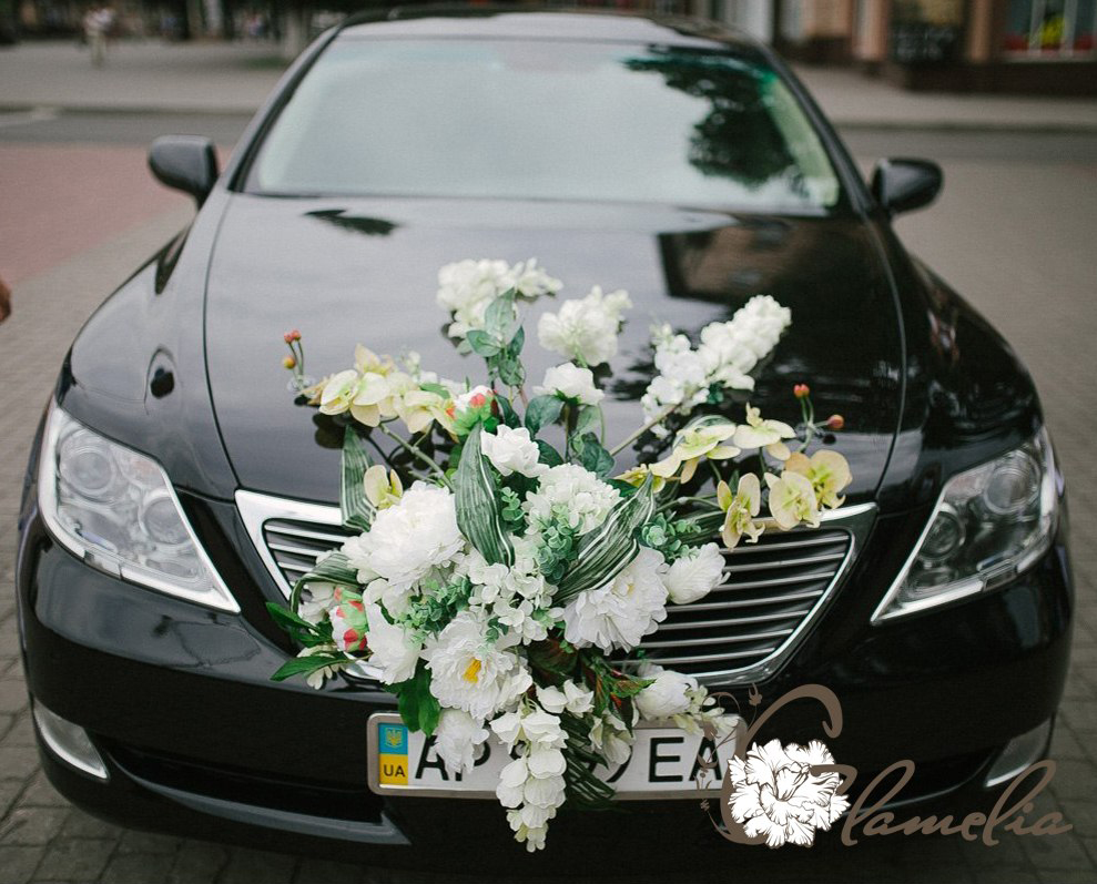 عکس تزیین ماشین عروس مشکی با گل رز سفید