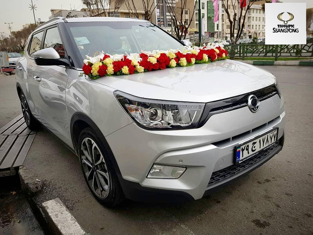تزیین ماشین عروس با تور و گل رز