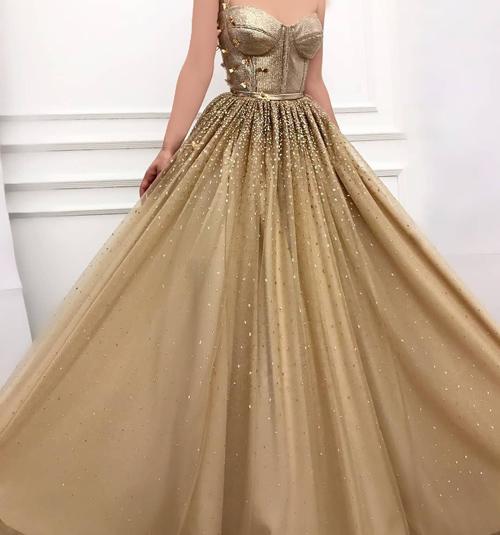 لباس نامزدی بلند و دنبال دار شیک و زیبا