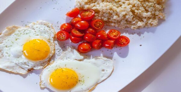 egg with tomato for breakfast e1604906784342